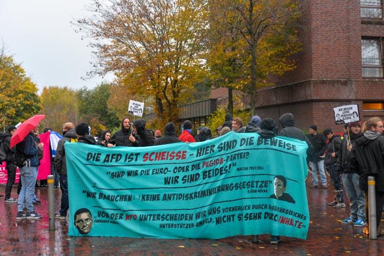 Rund 60 Linksautonome protestierten gegen den Einzug der AfD in den Oldenburger Stadtrat.