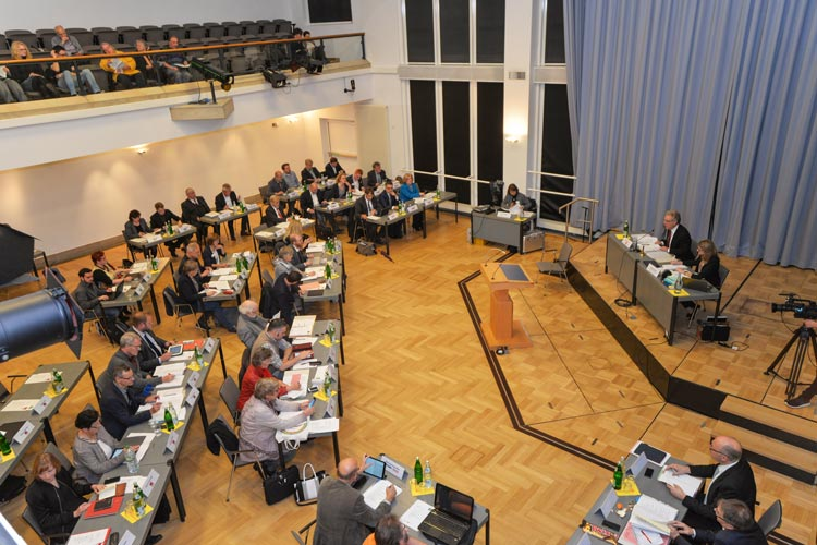 Der Oldenburger Stadtrat sprach sich auf einer Sondersitzung gegen die Pläne der Bahn zum Ausbau der Strecke in Oldenburg aus.