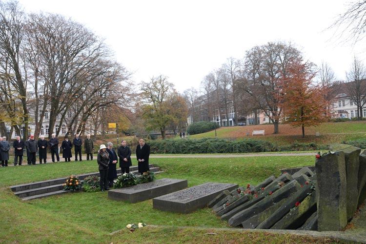 Vertreter der Verwaltung, der Polizei, der Bundeswehr, der Politik sowie Bürgerinnen und Bürger gedachten heute Morgen der Opfer der nationalsozialistischen Gewaltherrschaft in Oldenburg.
