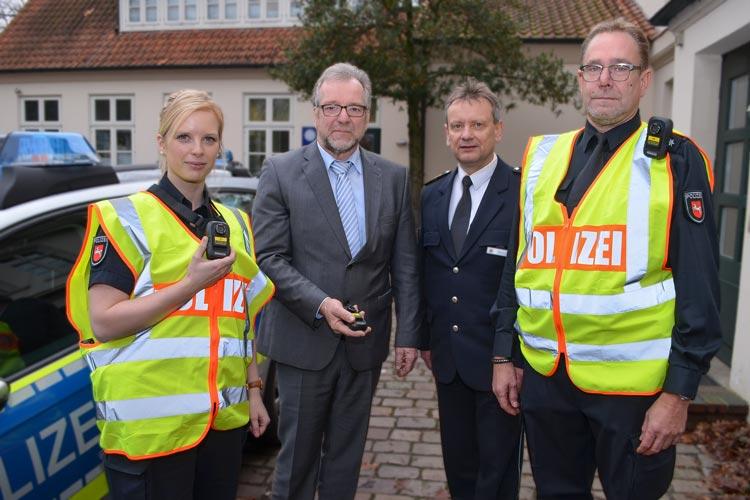 Silja Schecker, Johann Kühme, Eckhard Wache und Holger Fennen stellen am Dienstag die Body-Cams vor, die jetzt in der Oldenburger Innenstadt getestet werden.