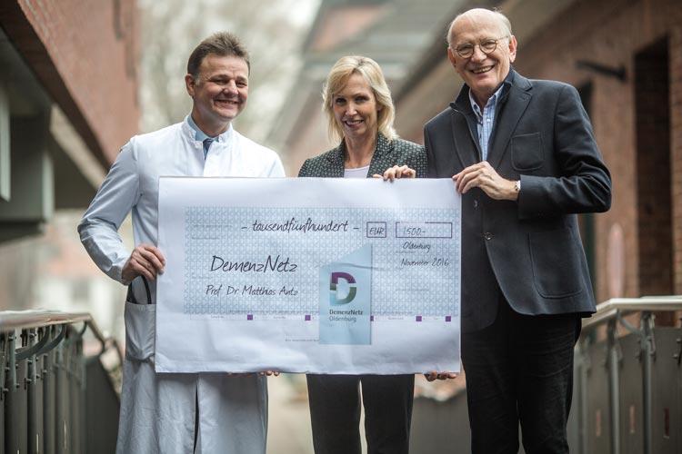 Bei Vorhofflimmern gibt es einen Zusammenhang zur Demenz. Dr. Matthias Antz übergab zum Abschied eine Spende an das DemenzNetz Oldenburg.