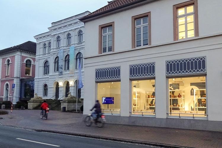 Neue Schaufenster neben dem Oldenburger Landesmuseum Natur und Mensch zeigen Einblicke und Ausblicke zur Ethnologischen Sammlung.