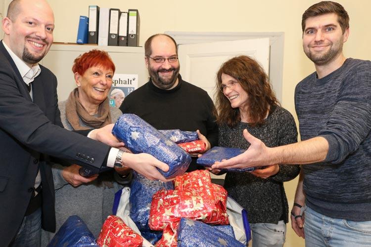 Vier prall gefüllte Säcke mit Geschenken für Wohnungslose hat Marikka Trepte-Mittelstaedt im Tagesaufenhalt der Oldenburger Diakonie übergeben.
