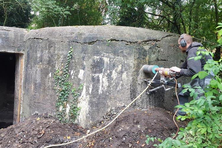 Die Einflugschlitze für die Fledermäuse wurden in den Bunker gefräst.