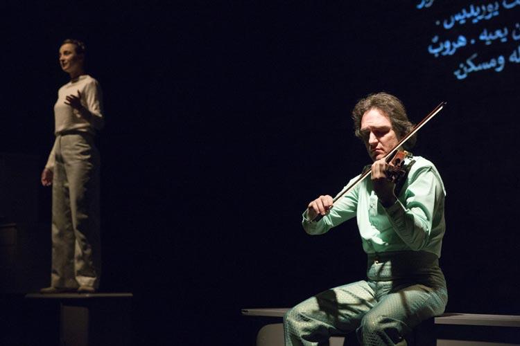Die Uraufführung von Eurydike. Orpheus. ist derzeit in der Exerzierhalle des Oldenburgischen Staatstheaters zu sehen.