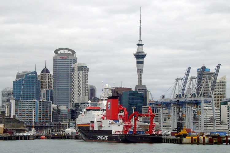 Das Forschungsschiff Sonne vor der Skyline von Auckland.