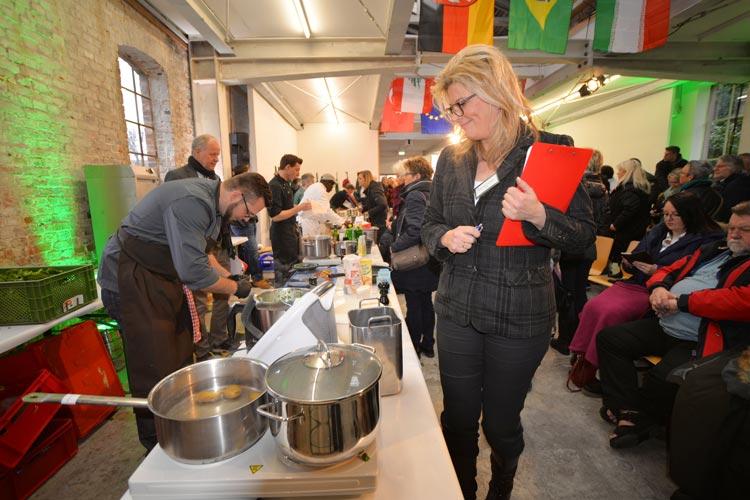 Jurymitglied Petra Bley-Schultz hat den Grünkohl-Köchen bei der Zubereitung über die Schulter gesehen.