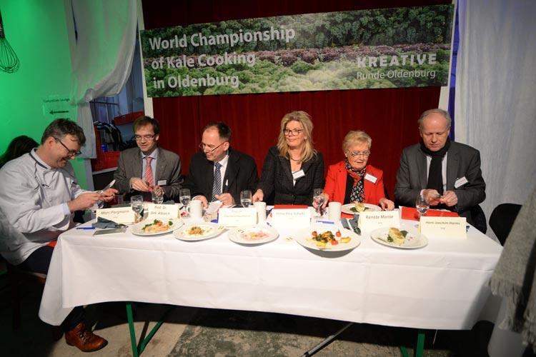Die Jurymitglieder durften die Grünkohl-Gerichte probieren und mussten sie bewerten.