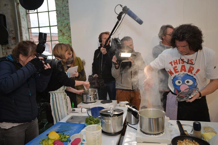 Fernsehen, Radio und Zeitungen: Das Medieninteresse an der Grünkohl-Weltmeisterschaft in Oldenburg war groß. Foto: Anja Michaeli