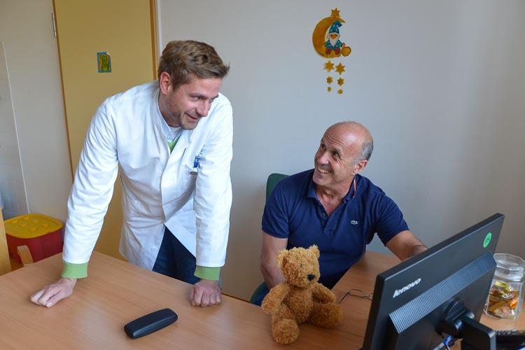 Dr. Martin Mostler und Dr. José Morcate operieren an der Klinik für Kinderchirurgie am Klinikum Oldenburg rund 1200 Babys und Kinder in einem Jahr.