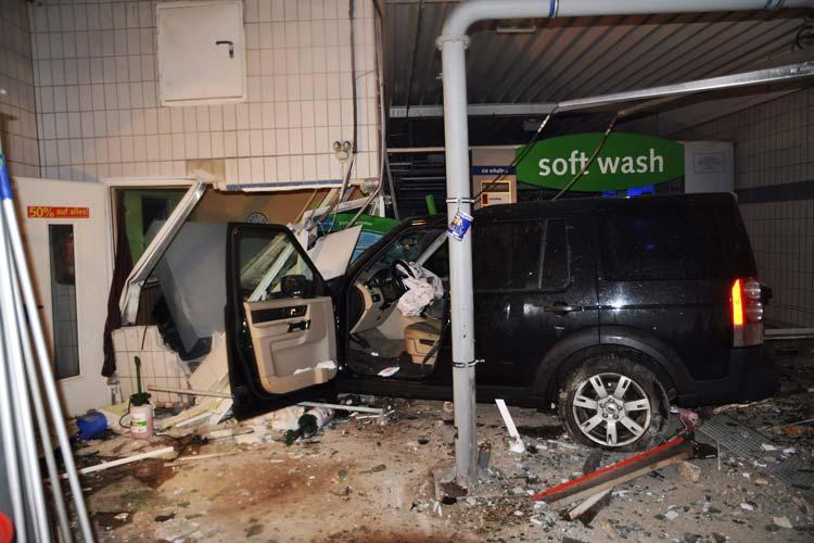 Heute Morgen ereignete sich gegen 7.40 Uhr ein Verkehrsunfall am Langenweg. Nahezu ungebremst fuhr ein Autofahrer in eine Autowaschanlage.
