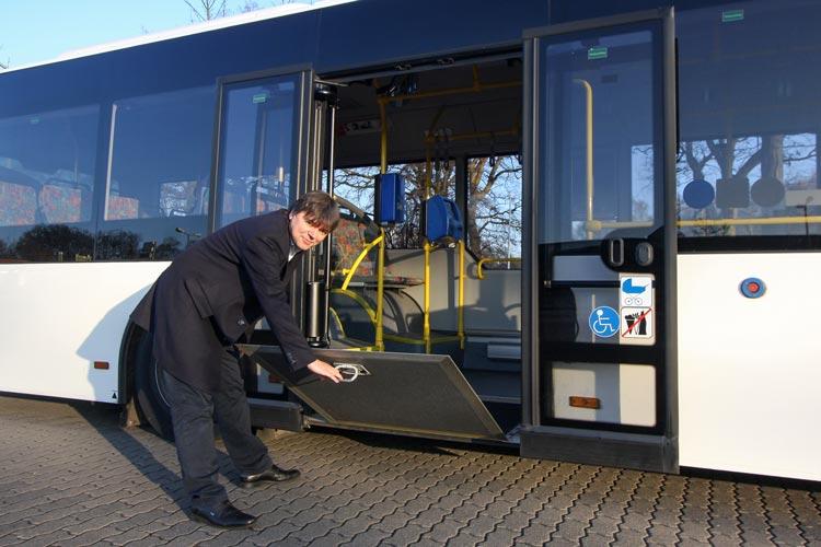 Die Busse der VWG wurden schon vor Jahren barrierefrei ausgestaltet – sie verfügen über eine mechanische Klapprampe an der zweite Tür. Morell Predoehl zeigt wie die Klappe funktioniert.