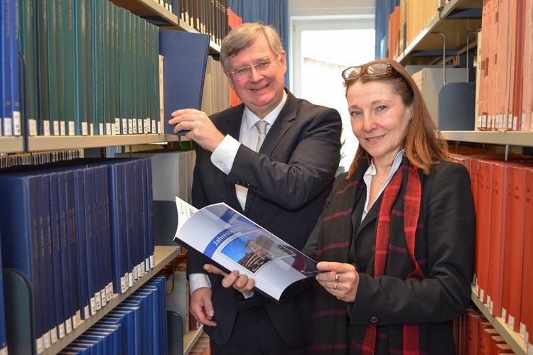 OLG-Präsidentin Anke van Hove und ihr Stellvertreter Dr. Michael Kodde in der neuen gemeinsamen Bibliothek der drei Gerichte.