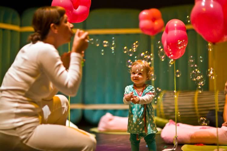 Die Regisseurin Andrea Bleikamp bietet in Oldenburg ein Theaterprogramm für Babys an. BabyBühne heißt das einmalige Kulturangebot.
