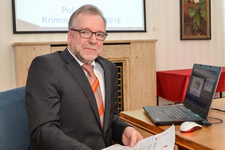 Polizeipräsident Johann Kühme stellte die Kriminalstatistik 2016 der Polizeidirektion Oldenburg vor.