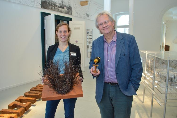 Pressesprecherin Lena Nietschke und Peter René Becker zeigen im Landesmuseum Natur und Mensch Oldenburg einen Laubenvogel und sein Bauwerk.