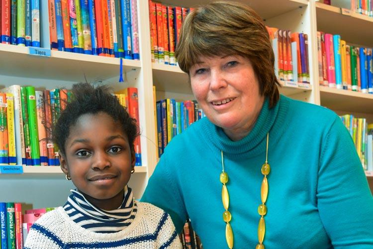 Sie bilden ein gutes Team: Die siebenjährige Shaniece mit ihrer Leselernhelferin Birgit Zeising in der Schulbibliothek der Grundschule Nadorst.
