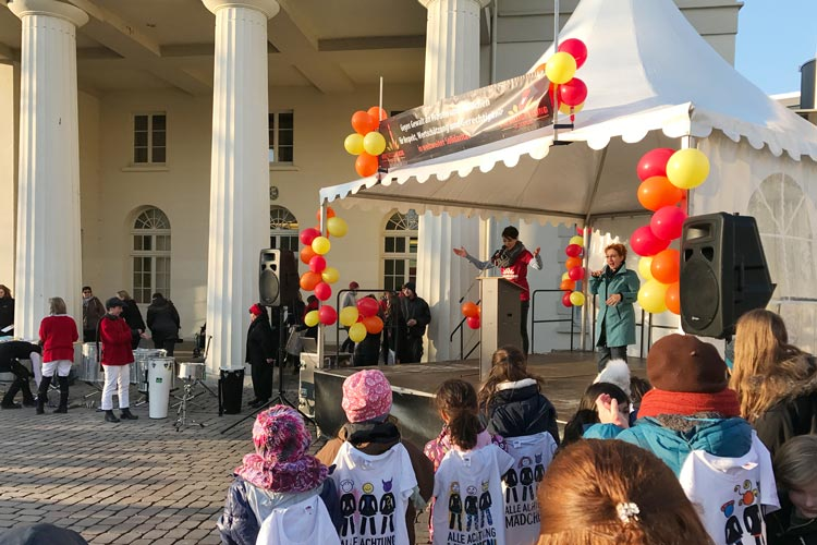 Rund 300 Teilnehmerinnen kamen gestern zum Oldenburger Schlossplatz, um bei One Billion Rising tanzend gegen Gewalt zu protestieren.