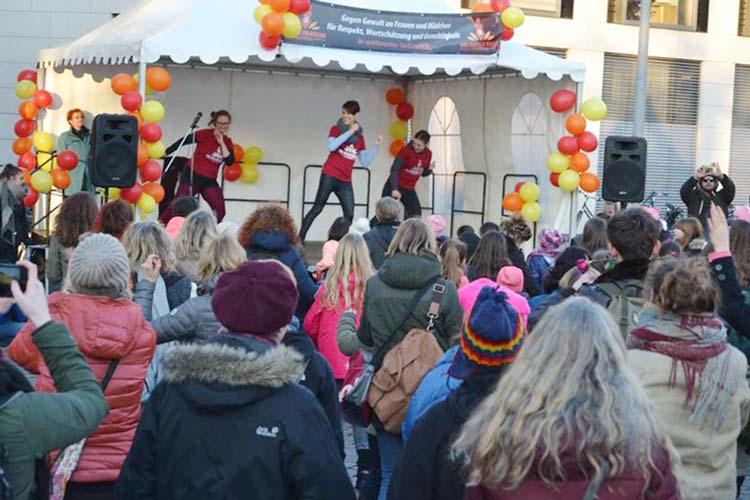 Die Moderatorin Annie Heger und zwei Tänzerinnen unterstützen die Tanzwilligen beim Einüben der Choreographie.
