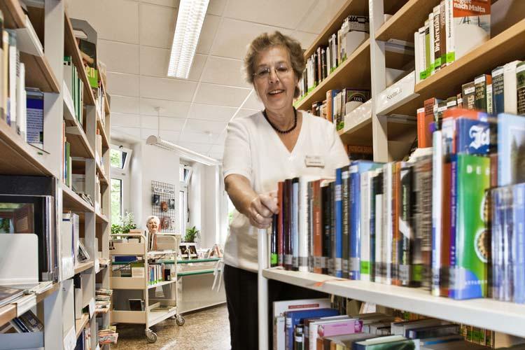 Die Patientenbücherei des Klinikums Oldenburg sucht ehrenamtliche Helfer.