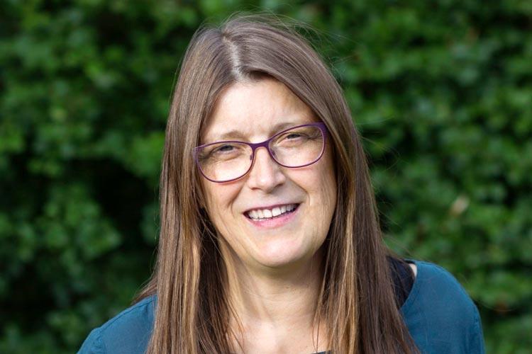 Die Journalistin Andrea Röpke stellt in Oldenburg das Jahrbuch rechte Gewalt vor.