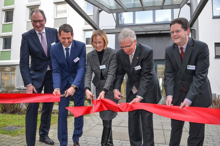Thorsten Janßen, Olaf Lies, Martina Becker, Günter Knaupmeier und BFE-Geschäftsführer Hendrik Gerdes durchtrennten das rote Band und eröffneten symbolisch das neue Gebäude in Oldenburg.