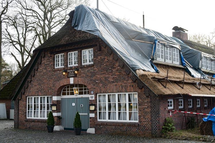 Der Bümmersteder Krug in Oldenburg erhält ein neues Reetdach.