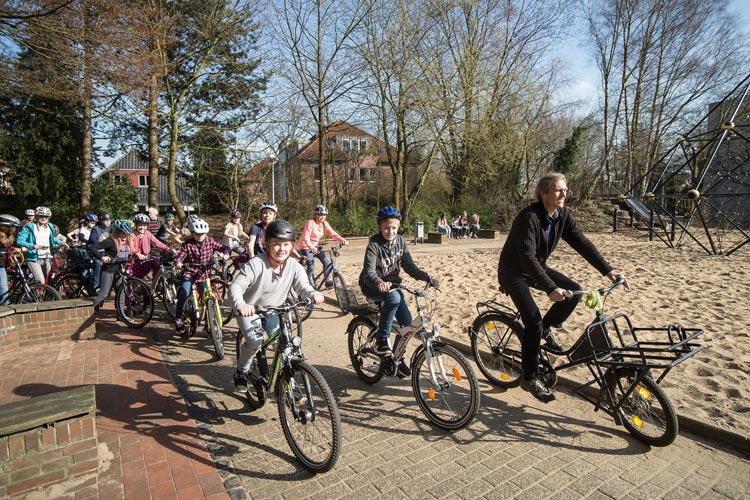 """Beim symbolischen Auftakt des Wettbewerbs """"FahrRad!"""" fuhren Schülerinnen und Schüler der Klasse 5b der IGS Helene-Lange-Schule eine Runde über den Schulhof."""