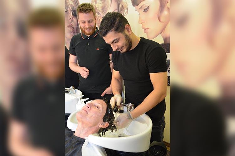 Friseurmeister Paul Himmel freut sich über den Syrer Mohammed Juma, der nach einer Einstiegsqualifizierung zum 1. August eine Ausbildung als Friseur beginnt.
