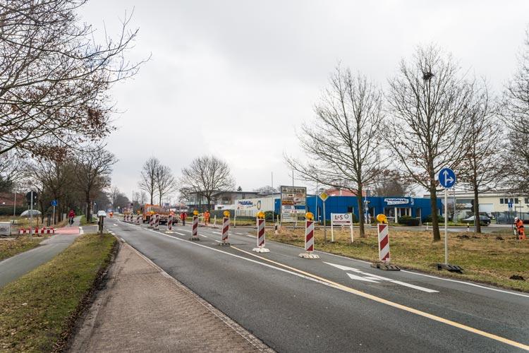 Die Straßenausbauarbeiten in der Edewechter Landstraße werden fortgesetzt. Heute hat der Ausbau eines Kreisverkehrsplatzes begonnen.