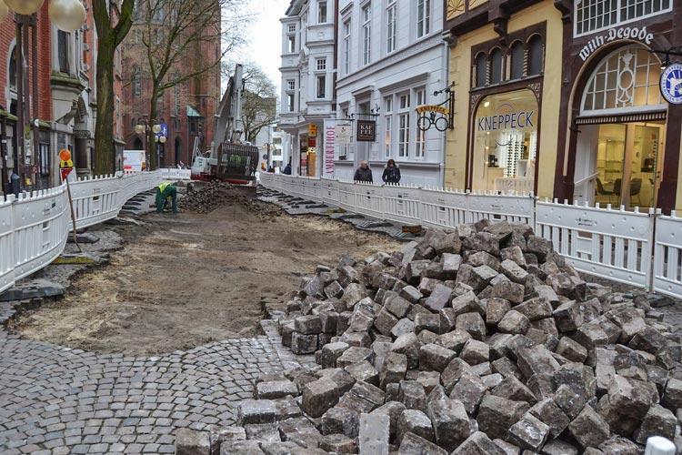 Für den Laufweg zwischen Degode Haus und Beginn des Rathausplatzes werden geschnittene Natursteine verwendet.