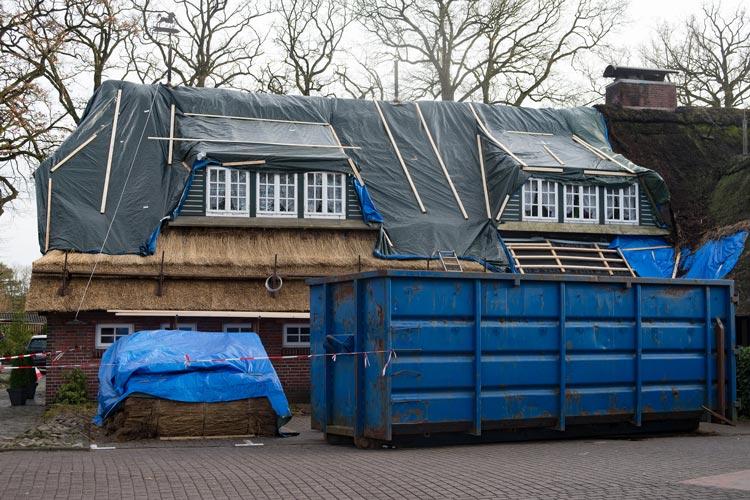 Das neue Reetdach des Bümmersteder Kruges.