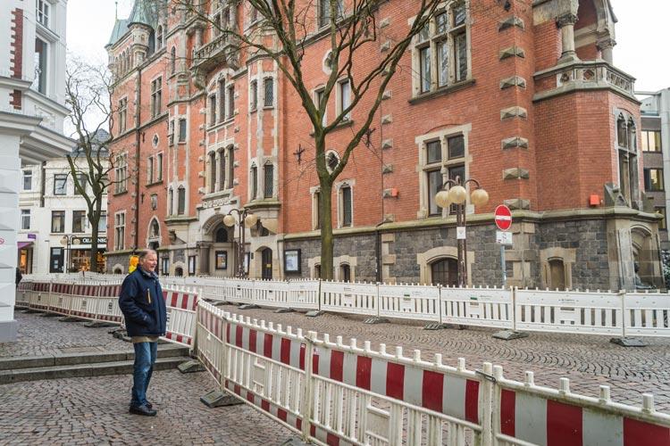 Die Straße Markt zwischen dem Alten Rathaus und dem Lambertihof in der Oldenburger Innenstadt bekommt ein neues Pflaster. Heute haben die Ausbauarbeiten begonnen.