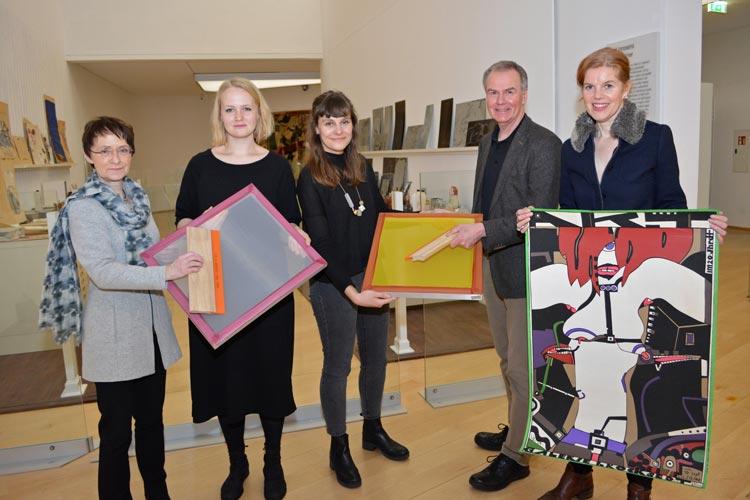 tARTort – Die Jungen Freunde des Horst-Janssen-Museums haben der Museumspädagogik zum Abschied eine Siebdruckanlage geschenkt.