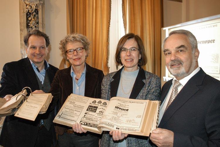 Generalintendant Christian Firmbach, Ministerialdirigentin Dr. Annette Schwandner, Landesbibliotheksdirektorin Corinna Roeder und Landschaftspräsident Thomas Kossendey zeigen die historischen Theaterzettel in Oldenburg.