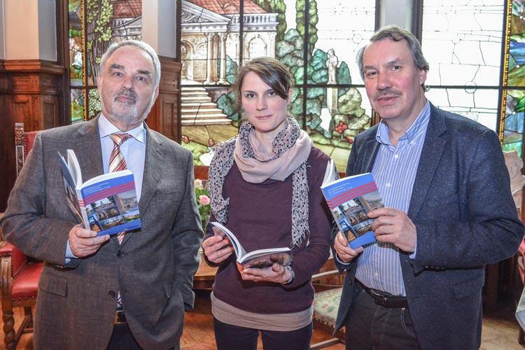 Landschaftspräsident Thomas Kossendey, Projektkoordinatorin Sabrina Kolata und Geschäftsführer Dr. Michael Brandt (von links) stellten das Buch Baudenkmäler im Oldenburger Land vor.