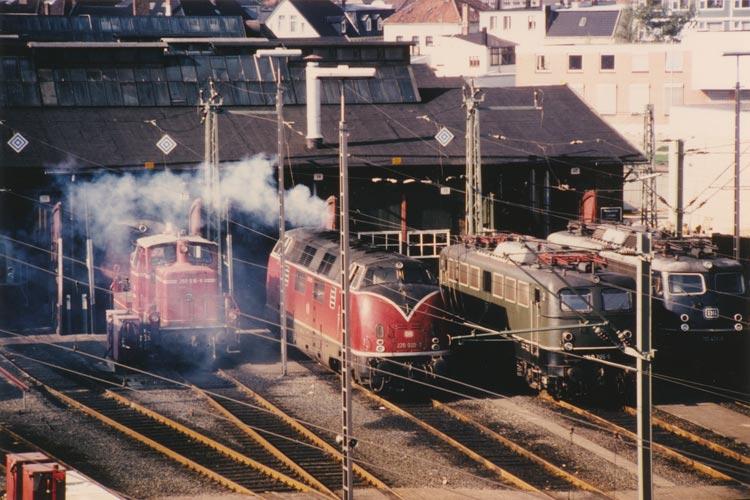 Lokomotiven vor dem Rechtecklokschuppen in Oldenburg, Rangierlok, Diesellok, E-Lok, 12. Oktober 1980.