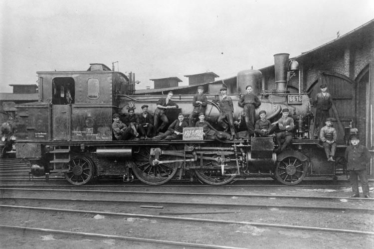 Schlosserlehrlinge vor dem Ringlokschuppen in Oldenburg, Ausbildung 1921-1925.