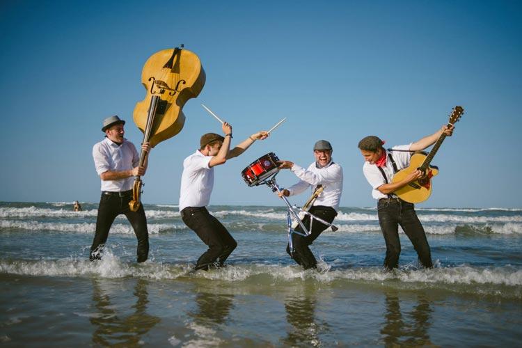 Das Leipziger Quartett Die Barracudas bietet während der Tanztage im Hauptfoyer des Oldenburgischen Staatstheaters Rock'n' Roll und Rockabilly.