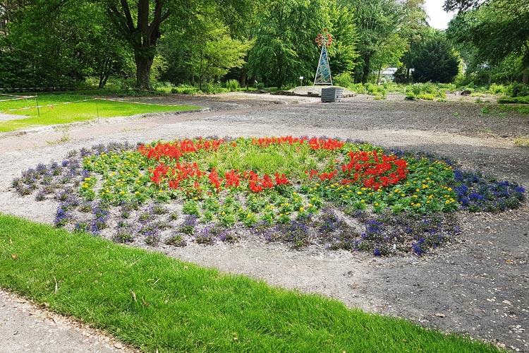 Aufkleber der Prilblume (Markenzeichen eines Geschirrspülmittels) klebten in den Flower Power-Jahren auf den Wandfliesen zahlreicher Haushalte. Im Botanischen Garten wurde sie mit echten Blumen nachgestellt.