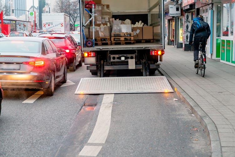 Ein tägliches Ärgernis für Radfahrer: Autos parken auf dem Radweg.