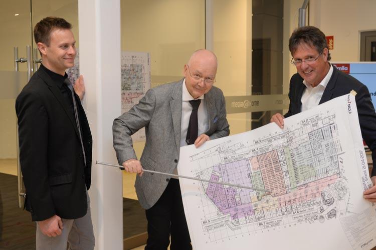 Marco Struck, Lutz Herbst (beide Centermanagement) und Klaus Wegling, Leiter der Wirtschaftsförderung der Stadt Oldenburg, freuen sich, dass die Baumaßnahme in Wechloy ohne größere Probleme vonstatten geht.
