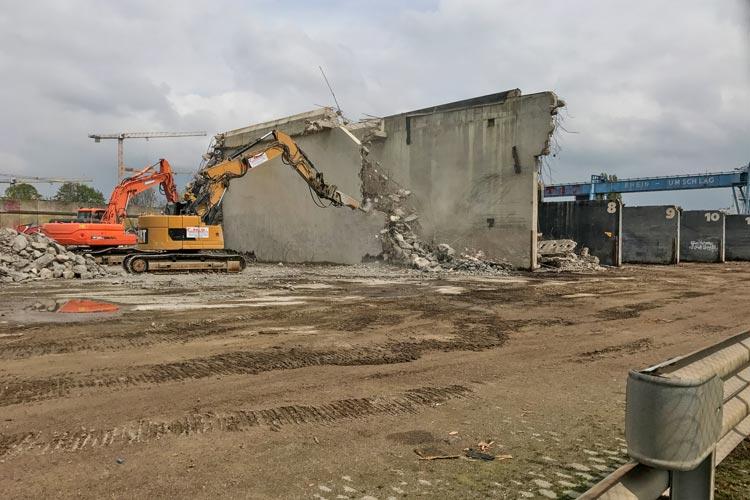 Das Oldenburgische Staatstheater schippert wegen Sanierungsarbeiten in den Theaterhafen. Zurzeit finden auf dem ehemaligen Gelände von Rhein-Umschlag Abrissarbeiten statt.
