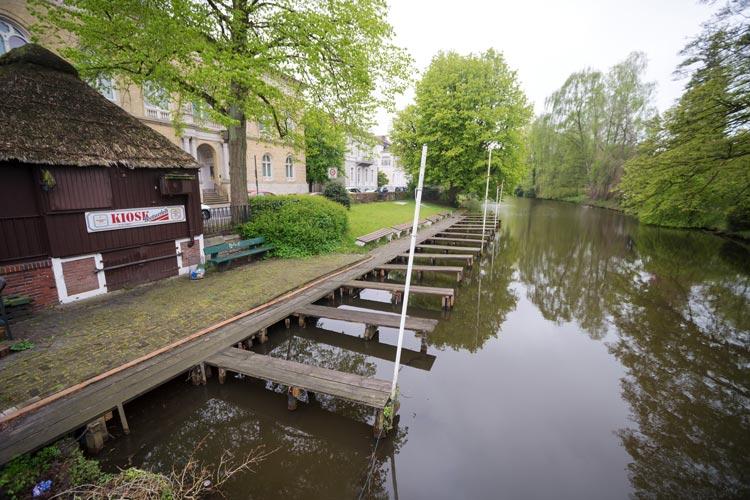 Trostlos sieht der Steg des Oldenburger Tretbootverleihs in diesen Tagen aus, er muss dringend repariert oder erneuert werden.