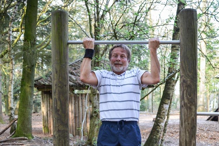 Wer seine Muskeln, wie dieser Freizeitsportler, stärken will, der hat im Trimmpark Wildenloh viele Möglichkeiten.