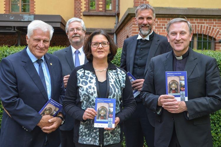 Willkommen in unseren Kirchen heißt eine neue Broschüre. Sie entstand in ökumenischer Zusammenarbeit und ist bundesweit einmalig.