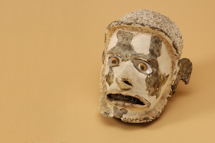 Der übermodellierte Zeremonialschädel aus Neuirland (Papua-Neuguinea) im Oldenburger Landesmuseum Natur und Mensch.