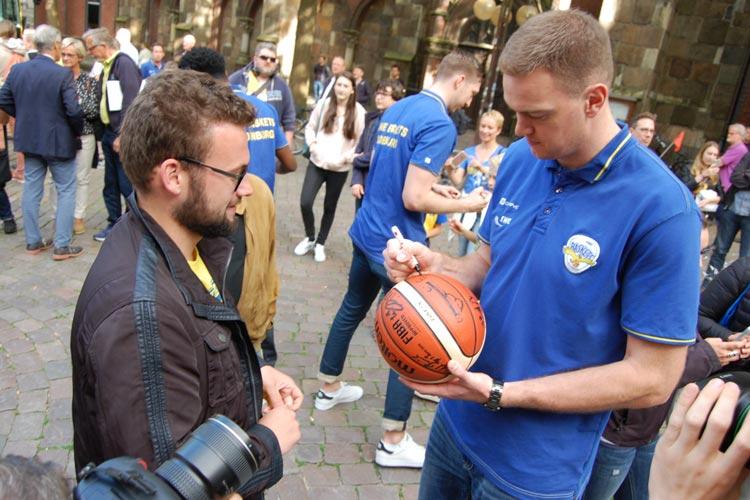 Auch Center Brian Qvale war bei den fans ein gefragter Spiele in Sachen Autogramme und Fotos.