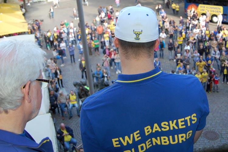 Chris Kramer bedankt sich auf dem Rathausbalkon bei den Fans für die tolle Unterstützung.