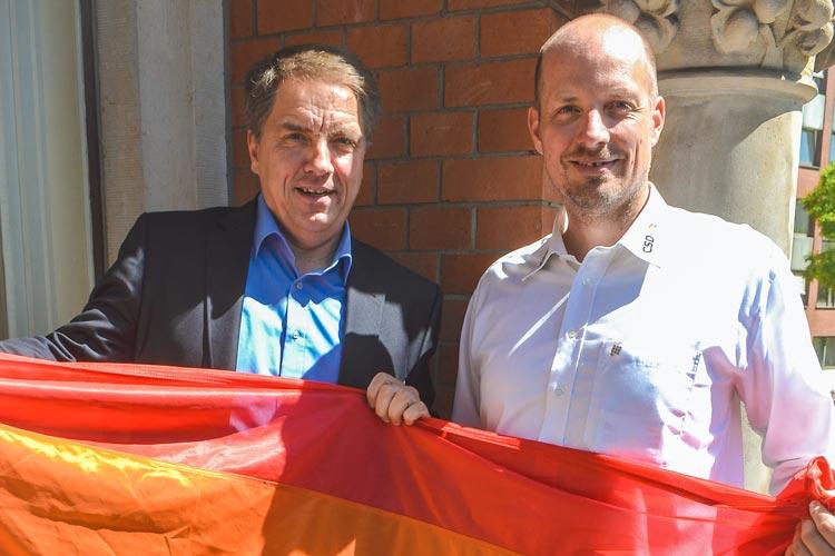 Oberbürgermeister Jürgen Krogmann und Kai Bölle stimmen gemeinsam auf den CSD in Oldenburg ein.